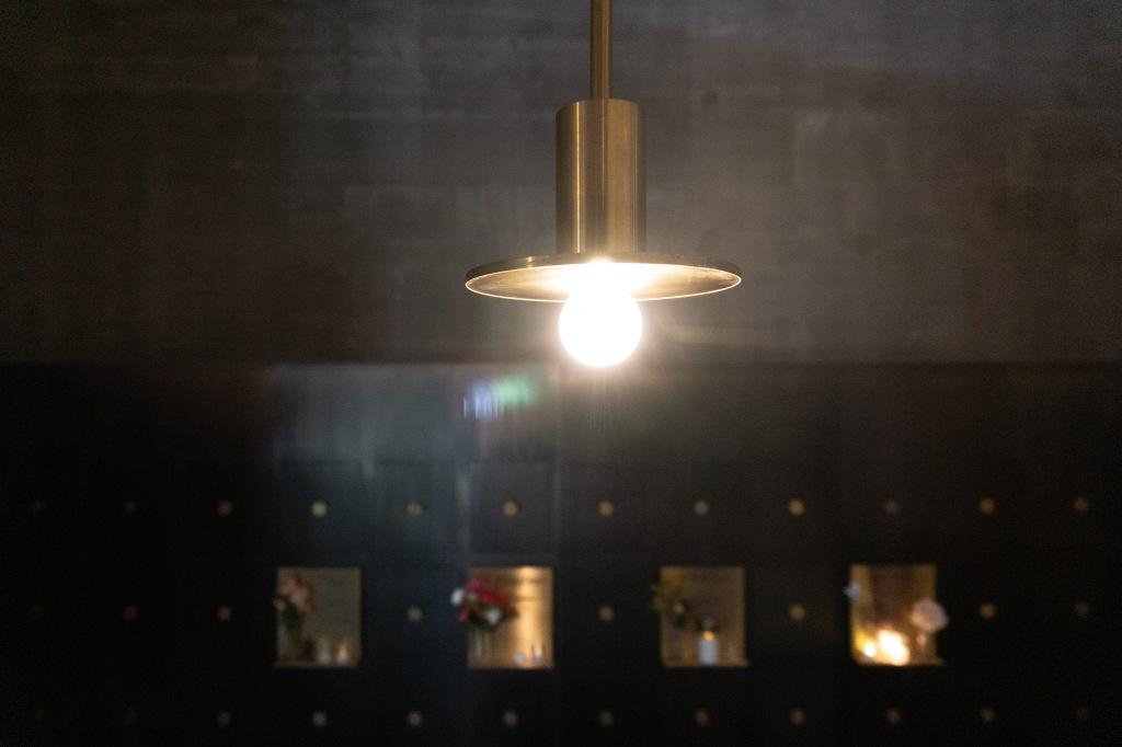atmosphärische Kirchenbeleuchtung in einem Kolumbarium