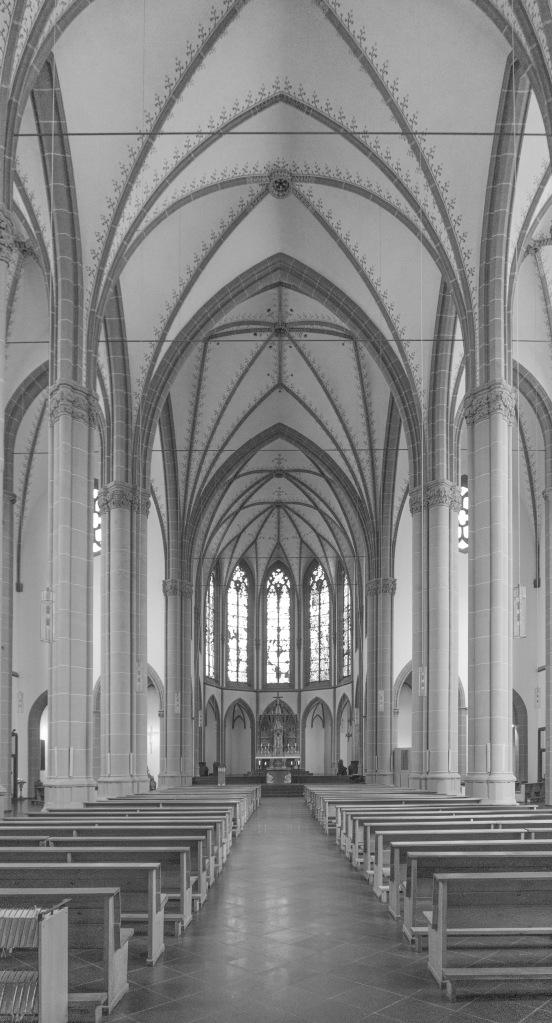 Innenraum Agneskirche Köln schwarz-weiß