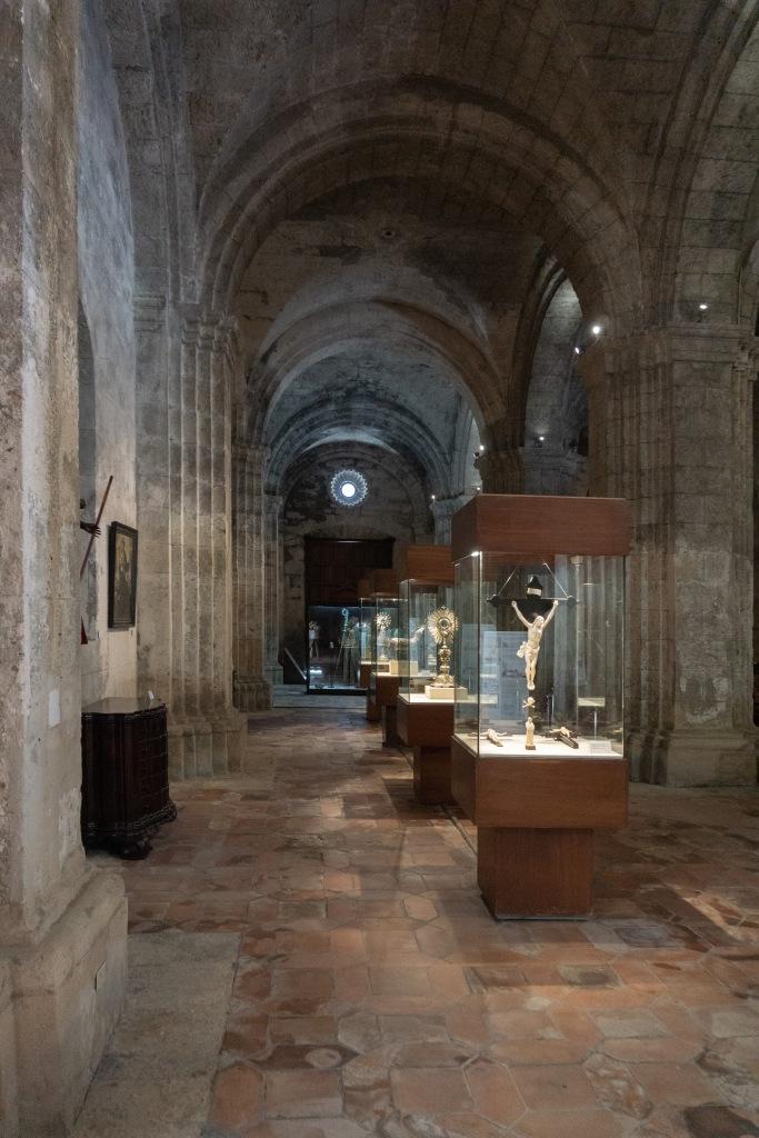 Umnutzung Franz von Assisi Basilika zu Museum Vitrinen im Seitenschiff