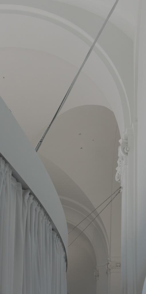 Klarissenkloster Köln Kirchenumnutzung abgehängter Lichtkörper weiß stahl